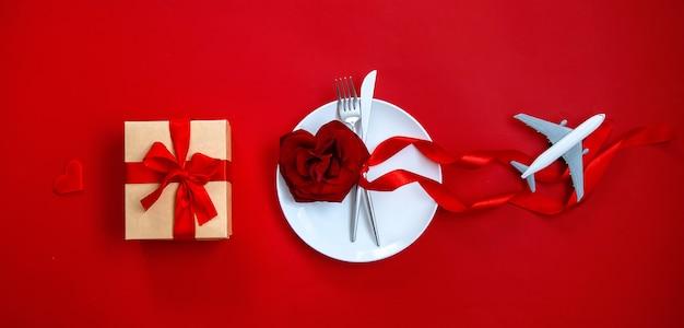 Happy valentinstag abendessen, gedeck mit geschenk und flugzeug