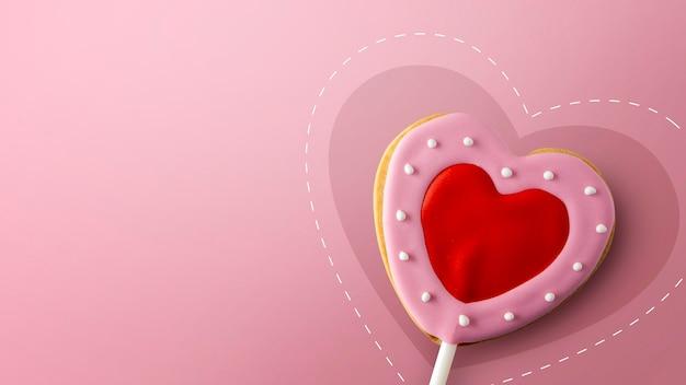 Happy valentinstag konzept. herzförmige kekse auf rosa
