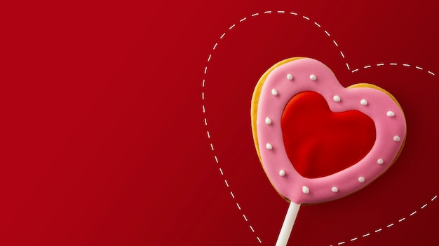 Happy valentinstag konzept. herzförmige kekse auf rot
