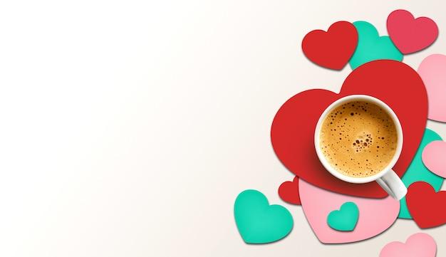 Happy valentinstag konzept. tasse kaffee auf herzförmigem papier