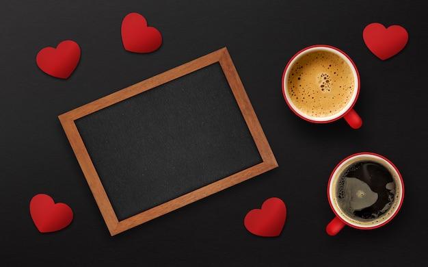 Happy valentinstag konzept. tasse kaffee auf schwarzem hölzernem hintergrund