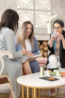 Happy woman sales manager von networking marketing business präsentation bio-kosmetik zum kunden