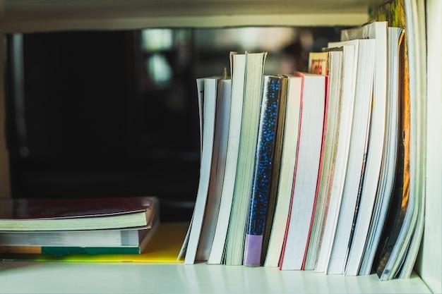Hardcover-bücher im hintergrund