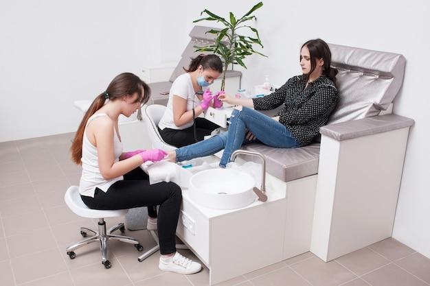 Hardware kombinierte maniküre und pediküre. professionelle körperpflege für schönheit und gesundheit im salon.