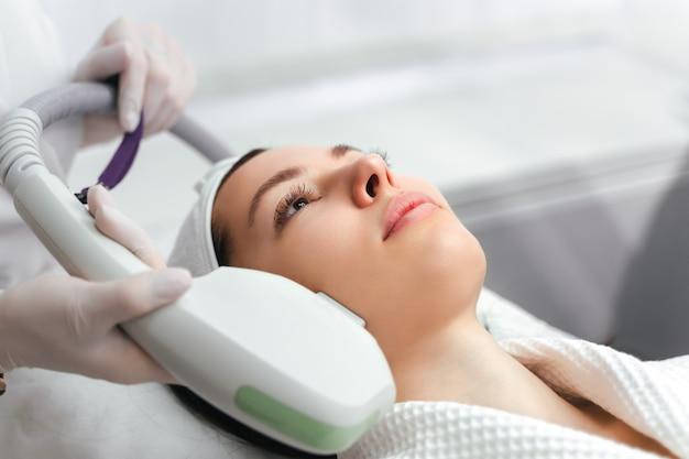 Hardware kosmetologie kosmetologie gesichtsbehandlung ultraformer lifting Premium Fotos