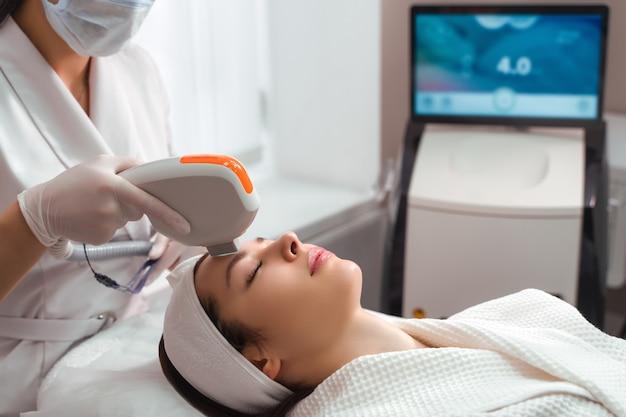Hardware kosmetologie kosmetologie gesichtsverfahren ultraformer heben Premium Fotos