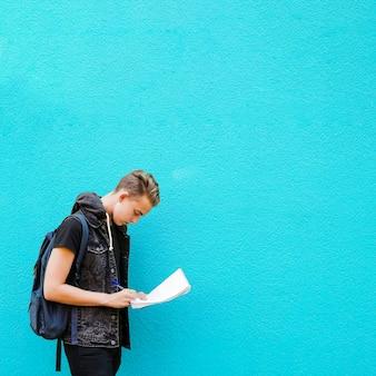 Hardworking student auf blauem hintergrund