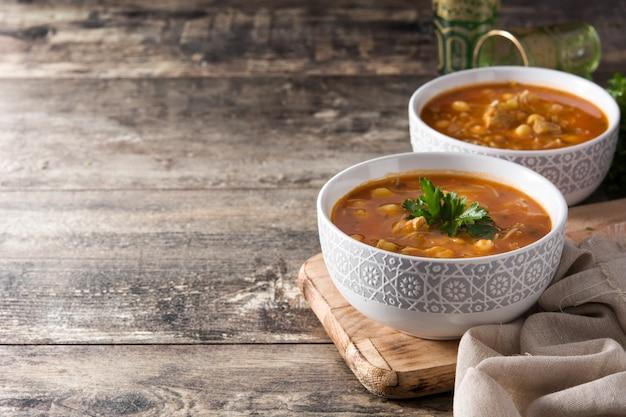 Harira-suppe in der schüssel auf holztisch