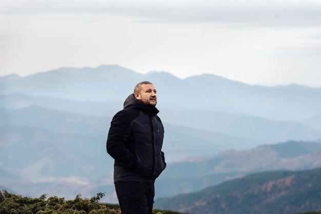 Harmonie zwischen mensch und natur. wandern und bergreisen