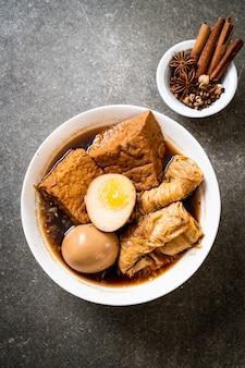 Hart gekochtes ei in brauner sauce oder süßer soße