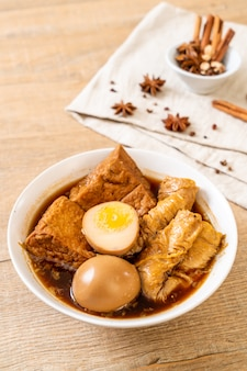 Hart gekochtes ei in brauner soße oder süßer soße