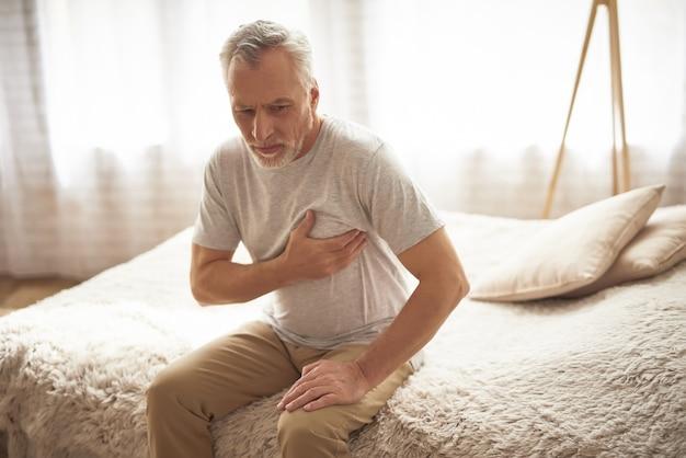 Hartache-herzschmerz bei gealtertem patienten am morgen.