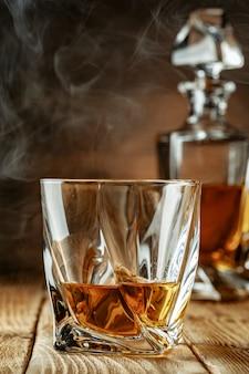 Harte alkoholische getränke in gläsern