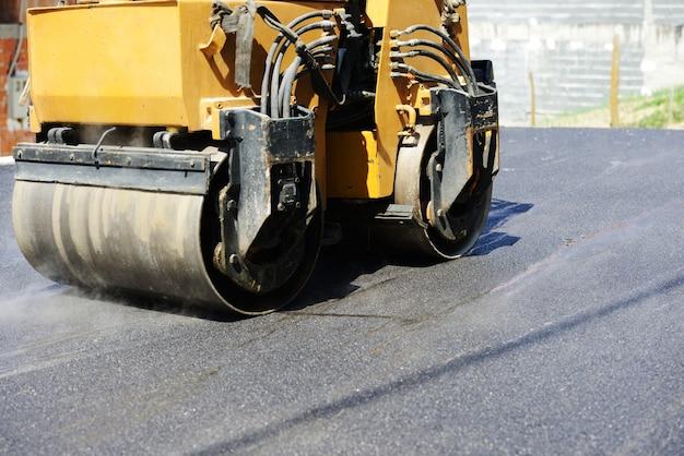 Harte arbeit am asphaltbau