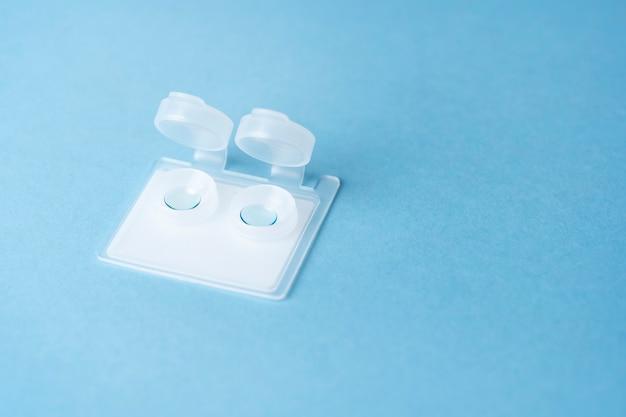 Harte kontaktlinsen in einem plastikbehälter