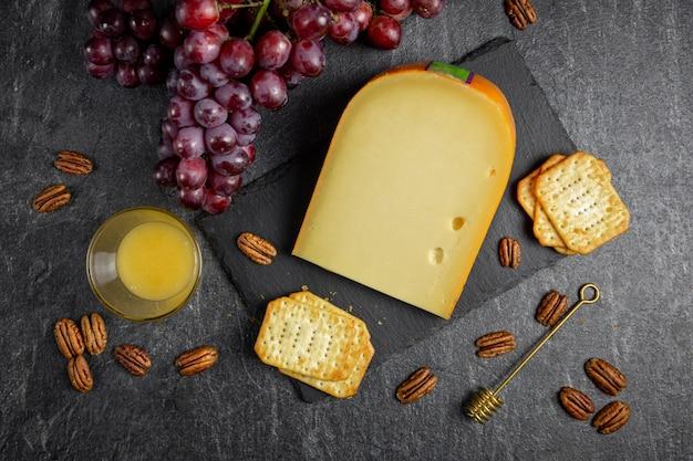 Hartkäse, gouda mit trauben, nüssen, honig und crackern