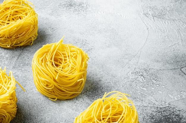 Hartweizengrieß hausgemachte ei pasta tagliarini set, auf grauem steintisch