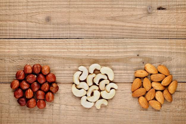 Haselnüsse, mandeln und cashewnüsse auf holz