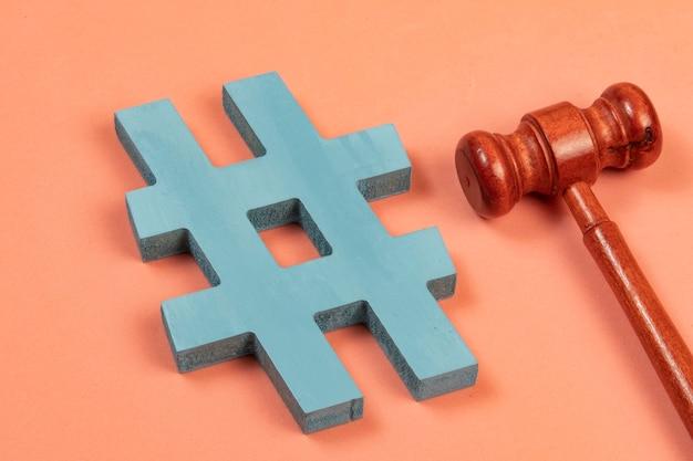 Hashtag und gerechtigkeitshammer als symbol für internetkriminalität