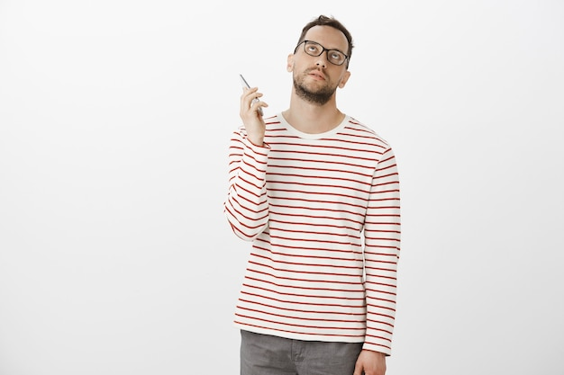 Hass am telefon hängen. gestört genervter attraktiver europäischer mann in gläsern