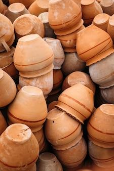 Haufen alter keramiktöpfe in göreme, kappadokien