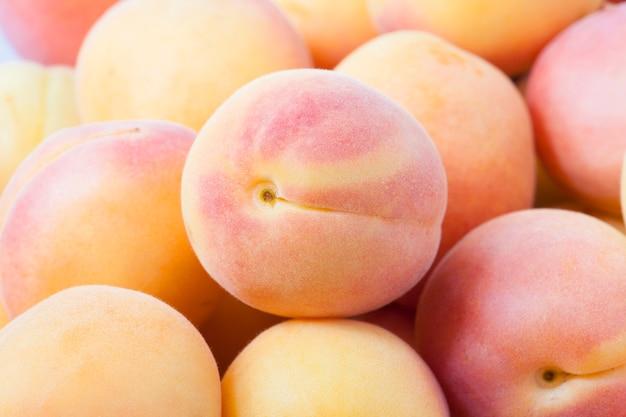 Haufen aprikosen - haufen. geringe schärfentiefe