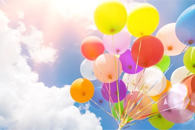 Haufen bunter luftballons auf himmelshintergrund