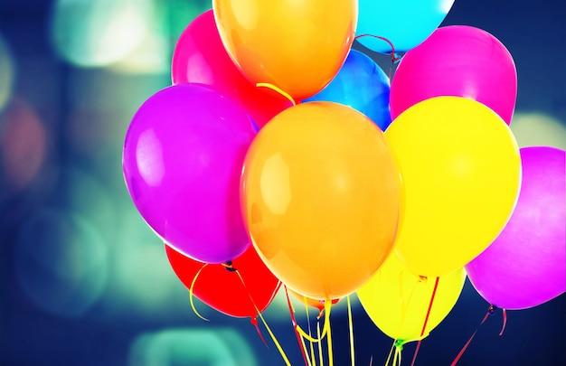 Haufen bunter luftballons