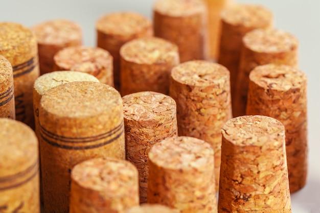 Haufen der benutzten weinlesewein-korkennahaufnahme
