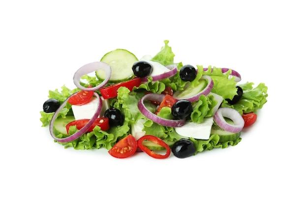 Haufen des griechischen salats lokalisiert auf weiß