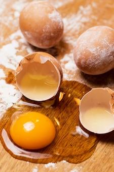 Haufen eier im mehl