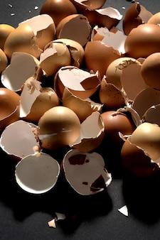 Haufen eierschalen auf schwarzem hintergrund