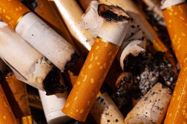Haufen erloschener zigarettenkippen aus der nähe