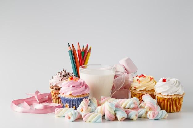 Haufen farbiger süßigkeiten auf weißem raum