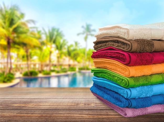 Haufen flauschiger handtücher im hintergrund