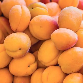 Haufen frische pfirsiche