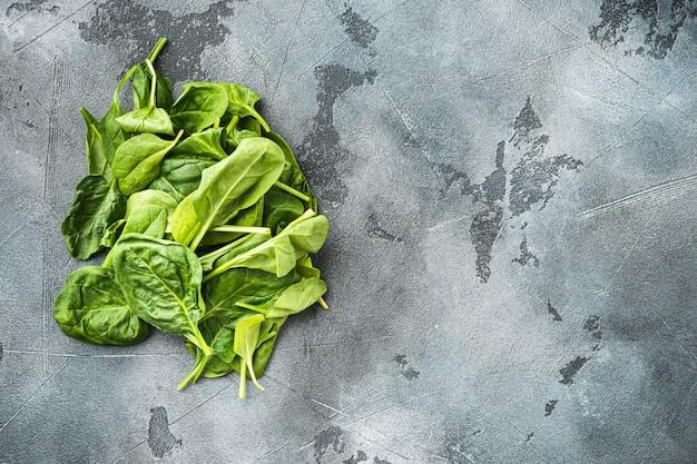 Haufen frischer grüner babyspinatblätter