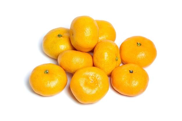 Haufen ganzer reifer mandarinen lokalisiert auf weißem hintergrund