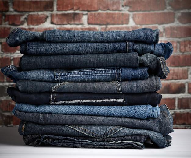 Haufen gefalteter blue jeans