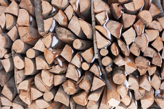 Haufen gehackten feuerholzes. holz hintergründe