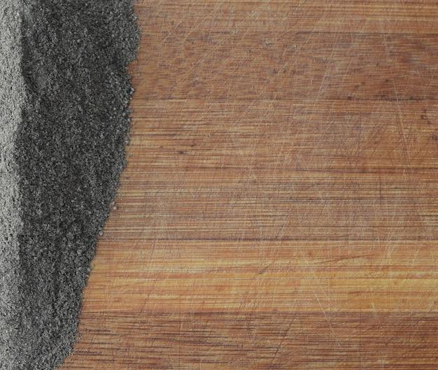 Haufen gemahlener schwarzer pfeffer auf alter hölzerner tisch-draufsicht