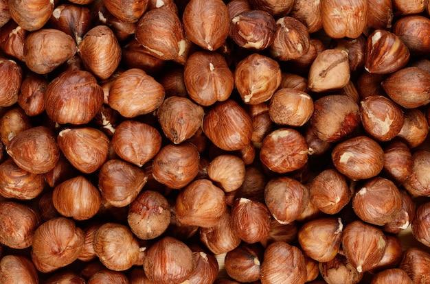 Haufen geschälter brauner nüsse