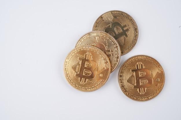 Haufen goldener bitcoins isoliert auf weißem hintergrund, nahaufnahme mit kopienraum