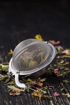 Haufen heilkräuter zum tee auf holztisch