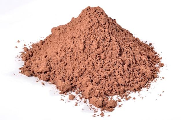 Haufen kakaopulver auf weißem hintergrund