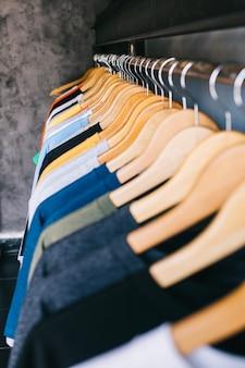 Haufen kleiderbügel mit t-shirts