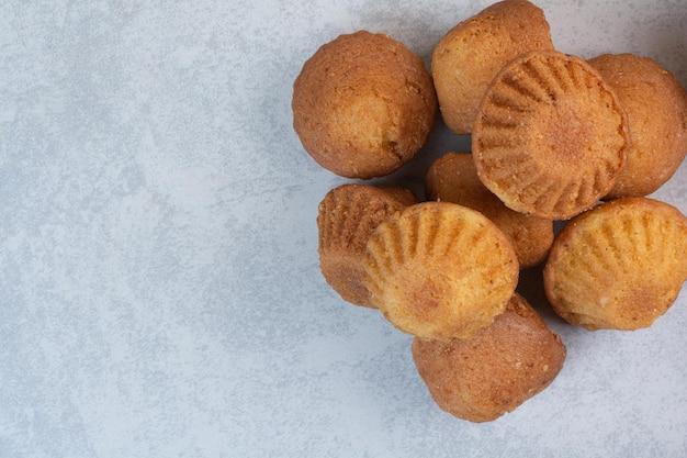 Haufen leckerer kuchen auf grauem hintergrund. foto in hoher qualität