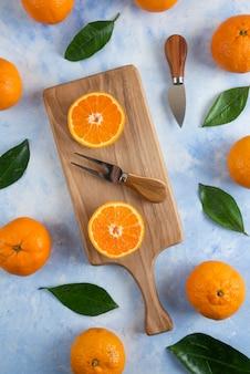 Haufen mandarinen. ganz oder halb geschnitten. vertikal