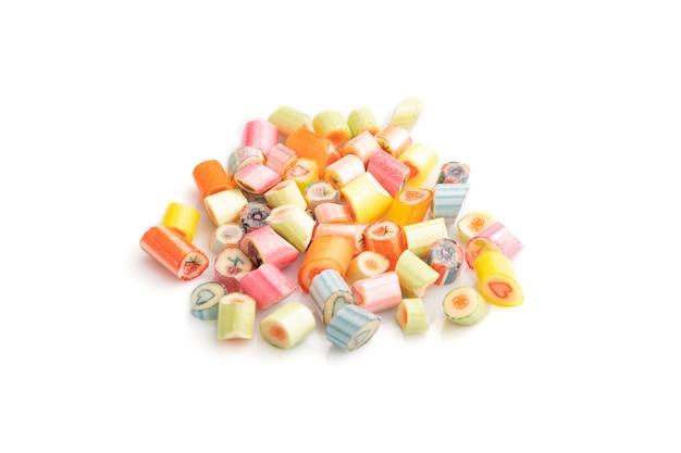 Haufen mehrfarbiger karamellbonbons lokalisiert auf weiß