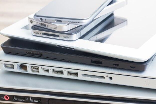 Haufen moderner elektronischer hochglanzgeräte hautnah. technologiekonzept